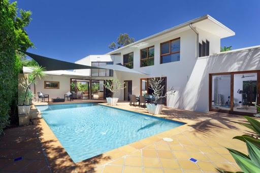Comment créer un espace luxe autour de la piscine ?