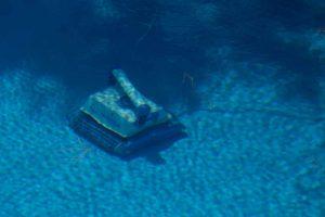 Robot de piscine qui nettoie